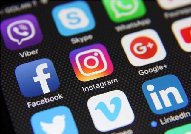 Το Facebook απαντά μέσω Twitter στους χρήστες του για το πολύωρο μπλακ άουτ