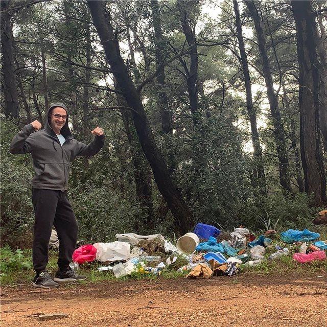 Ο ηθοποιός Κώστας Κρομμύδας καθάρισε το δάσος από τα σκουπίδια
