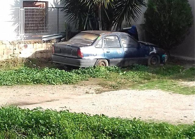 «Κάποτε αυτοκίνητα, τώρα πια ακίνητα»: Δύο μαθητές Γυμνασίου γράφουν για τα εγκαταλελειμμένα οχήματα στη Λυκόβρυση