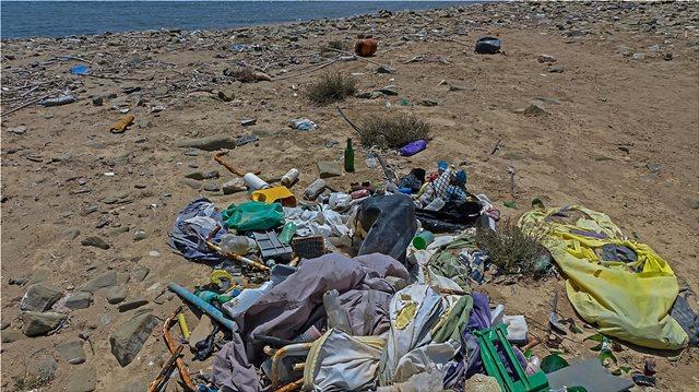 Deutsche Welle: Οι ελληνικές ακτές «κινδυνεύουν» από τα σκουπίδια