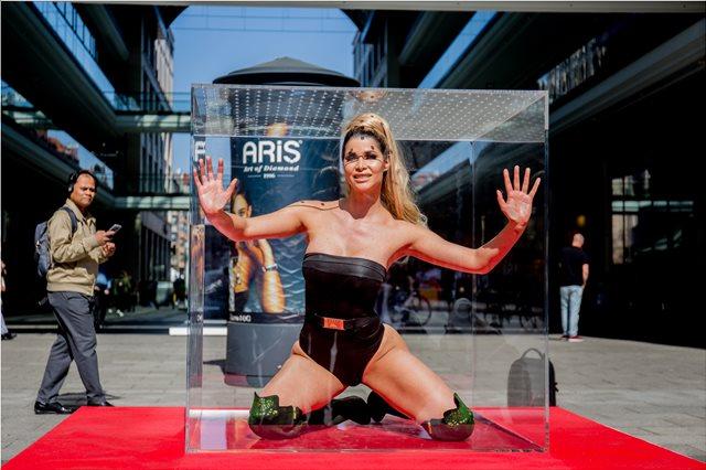 Έκλεισαν μοντέλο σε κουτί για να διαφημίσουν το νέο τους ριάλιτι