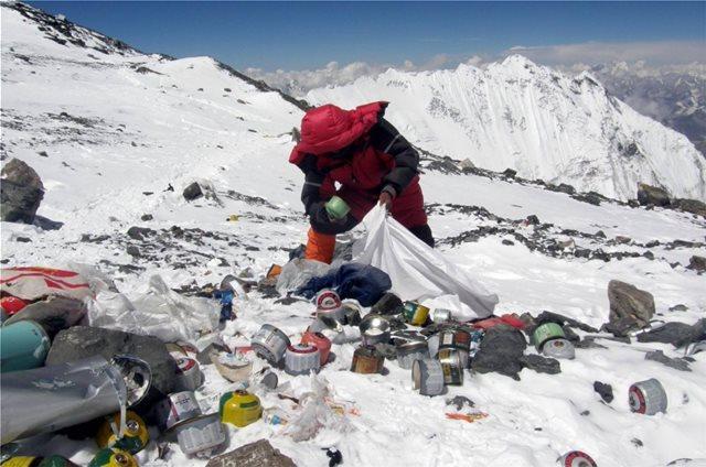 «Βουνό» τα σκουπίδια στο Έβερεστ - Επιχείρηση καθαρισμού για πάνω από 10 τόνους απορρίμματα