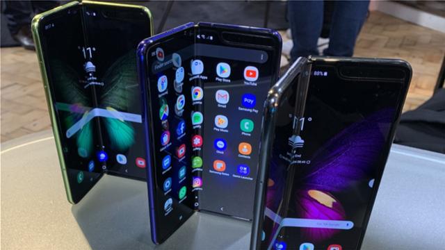 Το πτυσσόμενο τηλέφωνο της Samsung σπάει «με το καλημέρα», καταγγέλλουν δημοσιογράφοι