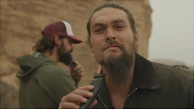 Βίντεο: Ο Τζέισον Μόμοα «σκοτώνει» τον «Καλ Ντρόγκο» του GoT ξυρίζοντας το εμβληματικό του μούσι!