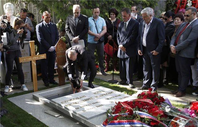 Σερβία: Η χήρα του Σλόμπονταν Μιλόσεβιτς τάφηκε μέσα στον κοινό τους τάφο