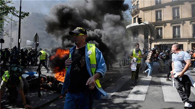 Γαλλία: Βίαιες συγκρούσεις των αστυνομικών με τα «κίτρινα γιλέκα»
