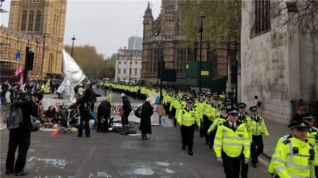 Λονδίνο: Συνεχίστηκαν για έκτη ημέρα οι αποκλεισμοί δρόμων από οικολόγους