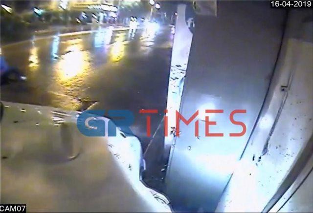 Θεσσαλονίκη: Περιπολικό «καρφώθηκε» σε περίπτερο κατά τη διάρκεια καταδίωξης - Δείτε βίντεο