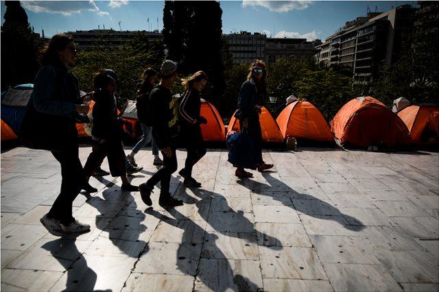 Οι μετανάστες παραμένουν στις σκηνές τους στο Σύνταγμα - Αρνούνται να μεταφερθούν σε δομές