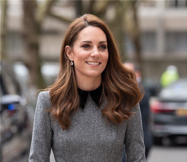 Η Kate Middleton με baby blue σύνολο στα γενέθλια της Βασίλισσας Ελισάβετ την Κυριακή του Πάσχα