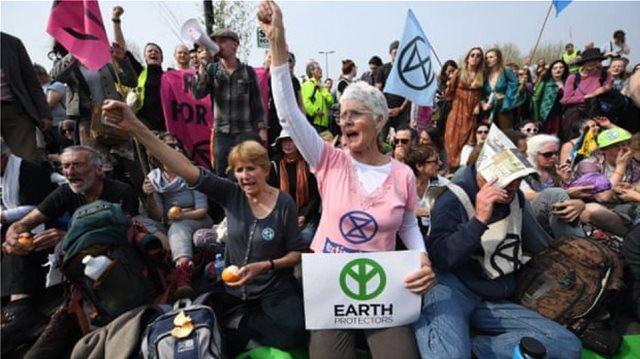 Λονδίνο: 830 συλλήψεις διαδηλωτών για την κλιματική αλλαγή