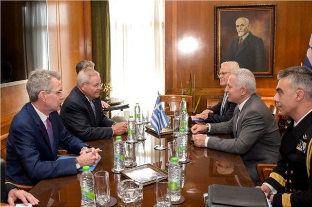 Στην Αθήνα ο Αμερικανός γερουσιαστής Μενέντεζ - Συναντήθηκε με τον υπουργό Άμυνας Αποστολάκη