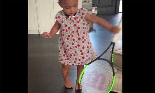 Στα χνάρια της Σερένα Γουίλιαμς η ενός έτους κόρη της: Παίζει με ρακέτες τένις