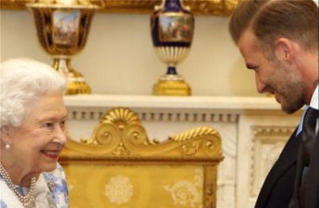 Οι φίλοι του Μπέκαμ τον τρολάρουν μετά τις θερμές ευχές για τα γενέθλια της Βασίλισσας Ελισάβετ