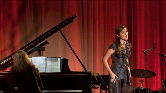 Πέθανε στα 35 της η σοπράνο που συνέχιζε να τραγουδά μετά από δύο μεταμοσχεύσεις πνευμόνων