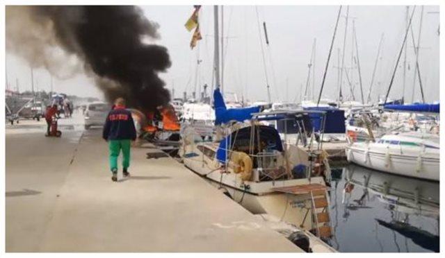 Πυρκαγιά σε σκάφος στη μαρίνα Καλλιθέας - Δεν υπήρχε νερό στους κρουνούς!