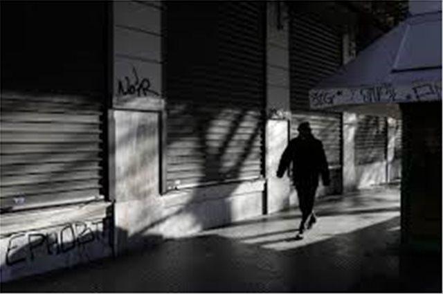 ΙΟΒΕ: ΤΟ 65% ΤΩΝ ΕΛΛΗΝΩΝ ΜΟΛΙΣ ΤΑ ΒΓΑΖΕΙ ΠΕΡΑ