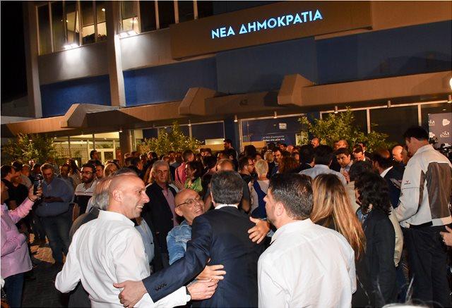 Πανηγυρισμοί έξω από τα γραφεία της Νέας Δημοκρατίας