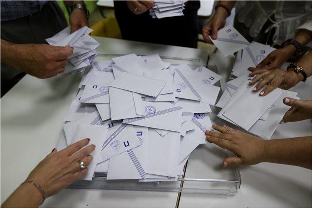 Εκλογές: Προσαγωγή δημοτικής συμβούλου στον Πειραιά