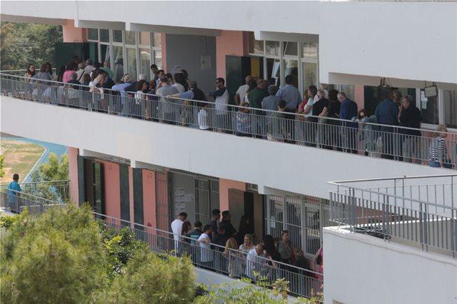 Εκλογές: Τεράστιες ουρές στο παρά πέντε - Μεγάλες αναμονές σε Γλυφάδα και Παλαιό Φάληρο