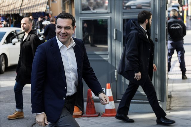 Στα γραφεία του ΣΥΡΙΖΑ ο Τσίπρας - Σύσκεψη για όλα τα σενάρια
