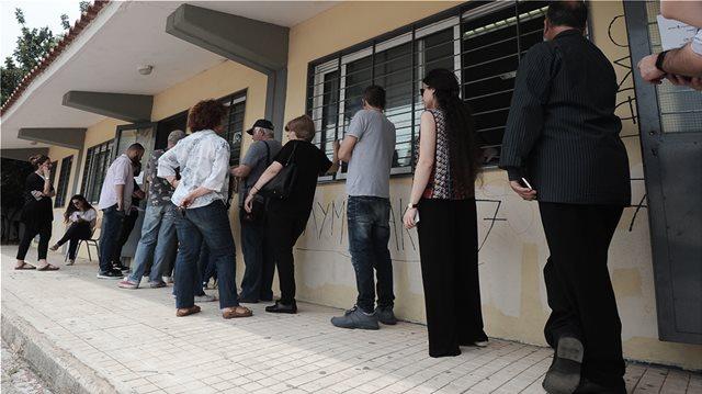 Εκλογές: Οι ουρές «διώχνουν» ψηφοφόρους από τις κάλπες για τους δήμους