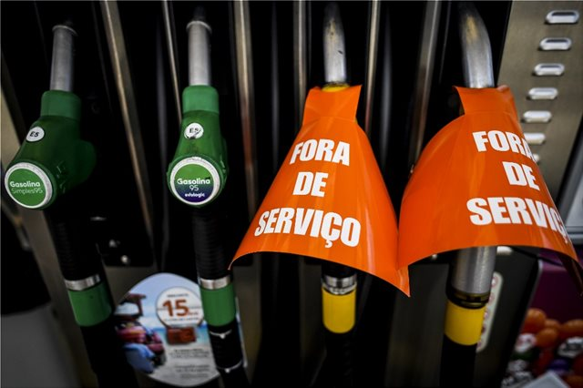 Πορτογάλοι οδηγοί συρρέουν μαζικά στην Ισπανία για να γεμίσουν τα ντεπόζιτά τους λόγω έλλειψης καυσίμων