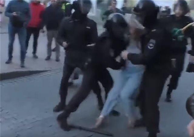 Κρεμλίνο: Δικαιολογήμενες οι γροθιές του αστυνομικού σε διαδηλώτρια που προκάλεσαν σοκ