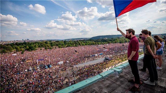 Τσεχία: Μεγάλη διαδήλωση στην Πράγα κατά του πρωθυπουργού και του προέδρου της χώρας