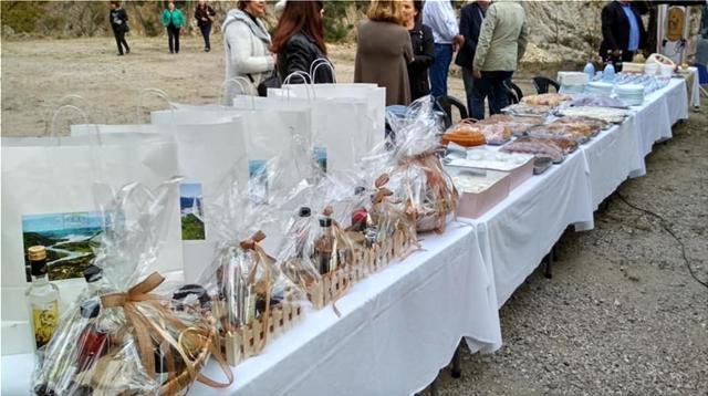 ΘΕΜΑ 104,6: Καλάθια με προϊόντα από την κοιλάδα του Αχελώου και άλλα δώρα για τους πιστούς ακροατές