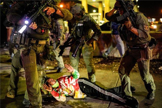 ΗΠΑ: Δυο αστυνομικοί πυροβολήθηκαν κατά τη διάρκεια διαδηλώσεων στο Λούισβιλ (βίντεο)