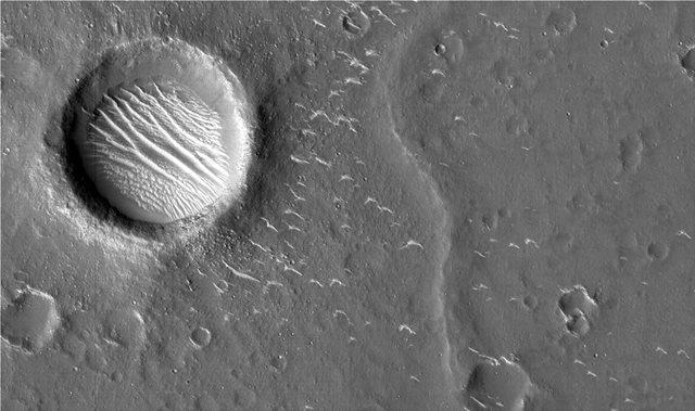 Οι πρώτες φωτογραφίες του Tianwen 1 από τον Άρη: Φαίνονται κρατήρες και αμμόλοφοι