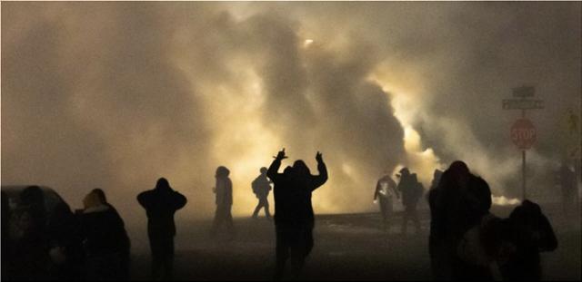 ΗΠΑ: ΠΑΡΑΙΤΗΘΗΚΕ Η ΑΣΤΥΝΟΜΙΚΟΣ ΠΟΥ ΠΥΡΟΒΟΛΗΣΕ ΘΑΝΑΣΙΜΑ 20ΧΡΟΝΟ ΜΑΥΡΟ ΣΤΗ ΜΙΝΕΣΟΤΑ