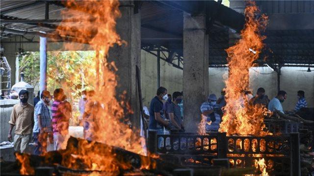 ΚΟΡΩΝΟΙΟΣ - ΙΝΔΙΑ: ΡΕΚΟΡ ΜΕ ΠΑΝΩ ΑΠΟ 400.000 ΚΡΟΥΣΜΑΤΑ - ΥΠΕΚΥΨΑΝ 4.197 ΑΣΘΕΝΕΙΣ ΣΕ ΜΙΑ ΜΕΡΑ