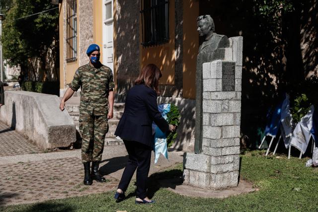 Κατάθεση στεφάνου από την Κατερίνα Σακελλαροπούλου στο ΕΑΤ-ΕΣΑ