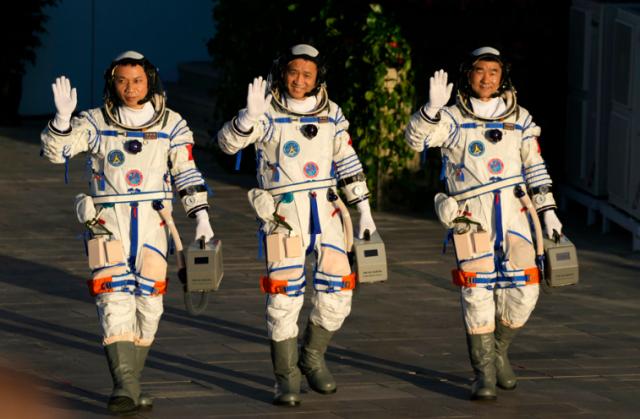 Στη Γη επέστρεψαν μετά απο τρεις μήνες οι πρώτοι αστροναύτες του κινεζικού διαστημικού σταθμού