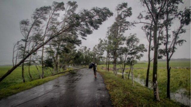 ΙΝΔΙΑ: ΠΛΗΣΙΑΖΕΙ ΤΡΙΑ ΚΡΑΤΙΔΙΑ Ο ΚΥΚΛΩΝΑΣ ΓΚΟΥΛΑΜΠ - ΔΕΚΑΔΕΣ ΧΙΛΙΑΔΕΣ ΑΝΘΡΩΠΟΙ ΑΠΟΜΑΚΡΥΝΟΝΤΑΙ