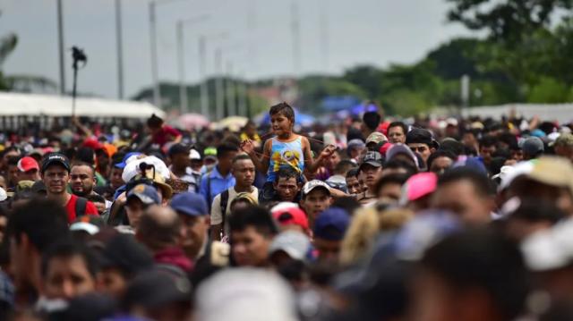 ΑΚΡΑΙΑ ΣΥΡΡΟΗ ΜΕΤΑΝΑΣΤΩΝ ΣΤΑ ΣΥΝΟΡΑ ΜΕΞΙΚΟΥ-ΗΠΑ - ΑΛΛΟΙ 192.000 ΣΥΝΕΛΗΦΘΗΣΑΝ ΤΟΝ ΣΕΠΤΕΜΒΡΙΟ