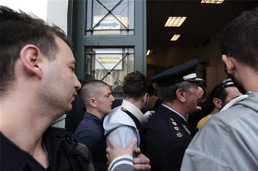 Αποτέλεσμα εικόνας για Ένταση στην Ευελπίδων την ώρα που έφταναν οι συλληφθέντες στα επεισόδια