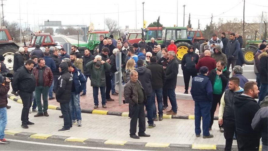 Αποτέλεσμα εικόνας για Κάθοδος αγροτών στον Βόλο: Μπήκαν στην πόλη με τρακτέρ και εκατοντάδες αγροτικά οχήματα (ΒΙΝΤΕΟ)