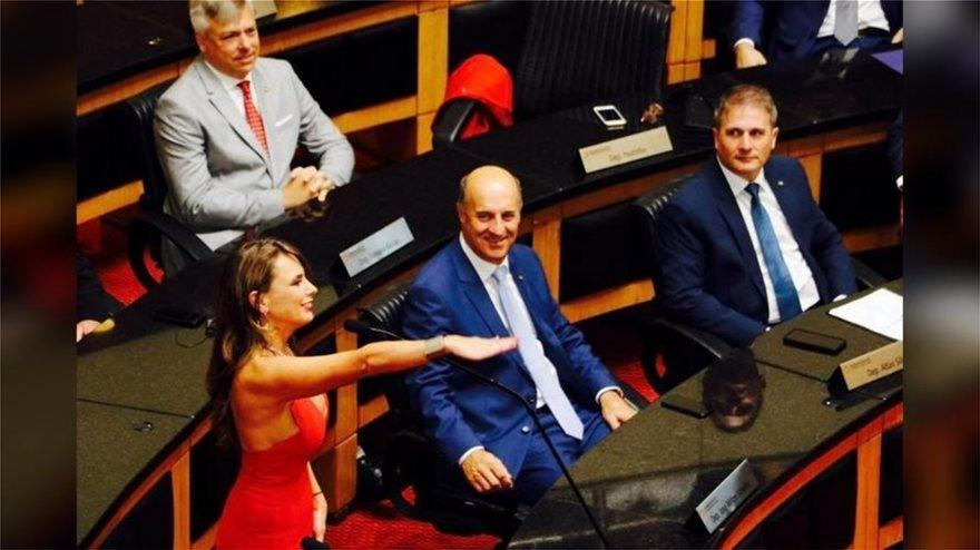 paulina  Χαμός στη Βραζιλία με... αβυσσαλέο ντεκολτέ πολιτικού σε ορκωμοσία - «Πάντα είχα μεγάλο στήθος» απαντά paulina