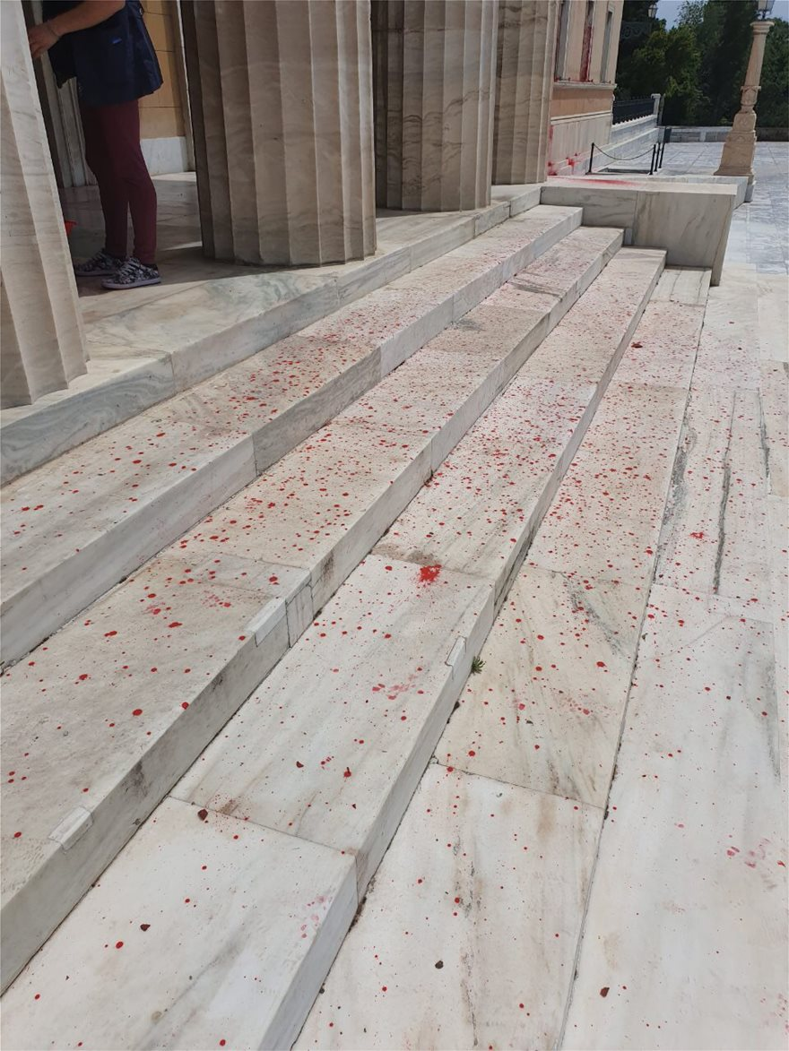 bogies08  Επίθεση στη Βουλή με μπογιές και καπνογόνα από τον Ρουβίκωνα bogies08