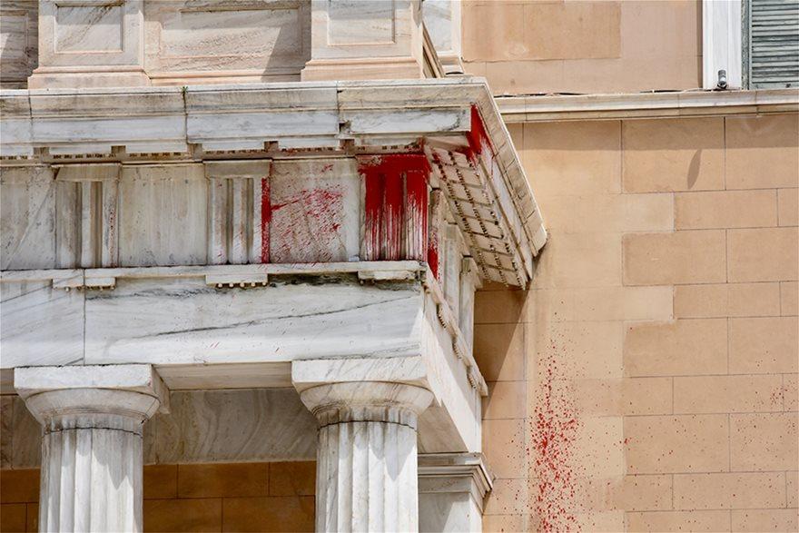 peristylio01  Επίθεση στη Βουλή με μπογιές και καπνογόνα από τον Ρουβίκωνα peristylio01