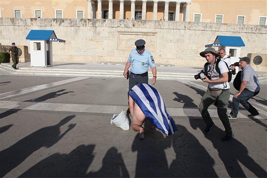 pride773  Athens Pride: Παρέλασε γυμνός με σημαία του μια φούστα pride773