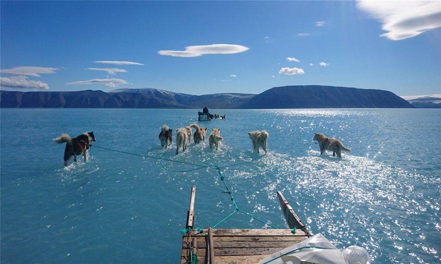 Μια φωτογραφία από τη Γροιλανδία «υπογραμμίζει» τους κινδύνους από το ταχύτατο λιώσιμο των πάγων