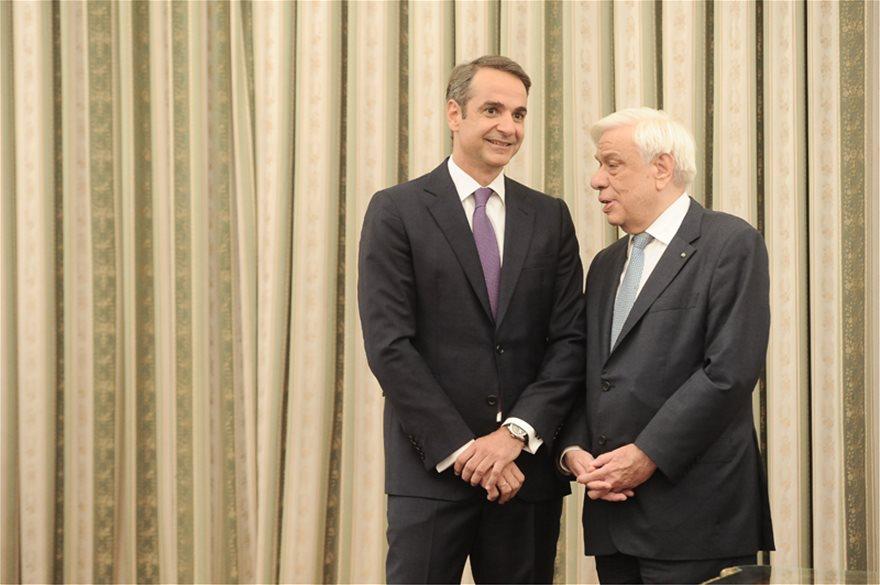 mhtsot_agkal_ork5  Νέος πρωθυπουργός ο Κυριάκος Μητσοτάκης: Η ορκωμοσία και η παραλαβή στο Μαξίμου από τον Τσίπρα mhtsot agkal ork5