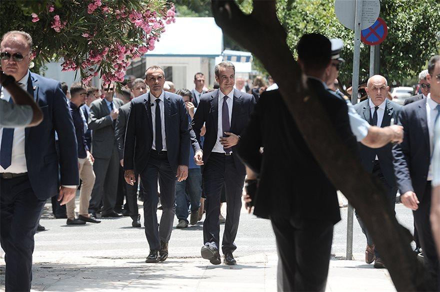 xeirapsia03  Νέος πρωθυπουργός ο Κυριάκος Μητσοτάκης: Η ορκωμοσία και η παραλαβή στο Μαξίμου από τον Τσίπρα xeirapsia03