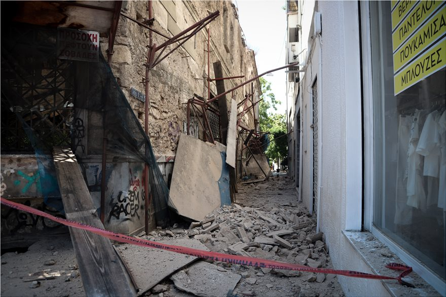 4857899  Φωτογραφικό οδοιπορικό μετά τα 5,1 Ρίχτερ: Έπεσαν παλιά κτίρια, κατέρρευσε το ταινιοδρόμιο στον Πειραιά 4857899