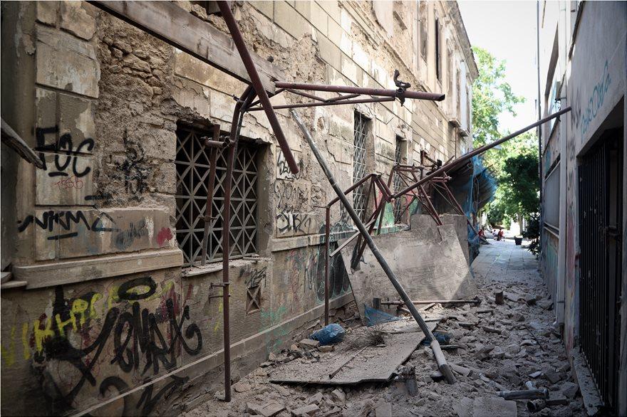 4857967  Φωτογραφικό οδοιπορικό μετά τα 5,1 Ρίχτερ: Έπεσαν παλιά κτίρια, κατέρρευσε το ταινιοδρόμιο στον Πειραιά 4857967