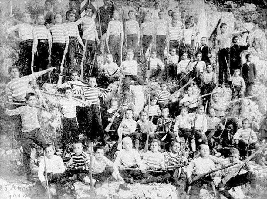 kst-ΜΑΘΗΤΕΣ-ΣΤΟ-ΚΑΣΤΕΛΛΟΡΙΖΟ-ΑΣΚΟΥΝΤΑΙ-ΜΕ-ΞΥΛΙΝΑ-ΟΠΛΑ-ΤΟ-1914